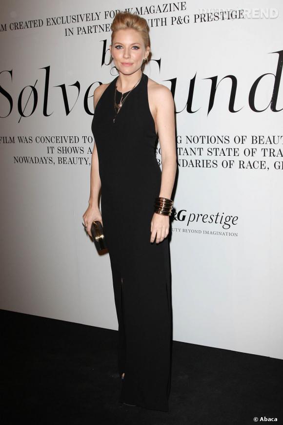Enceinte, Sienna Miller se la joue gothique et séductrice avec une robe noire moulante Boss Black et des accessoires Pamela Love.