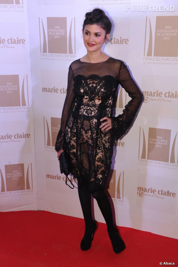 Audrey Tautou opte pour un look délicieusement rétro avec cette jolie robe en dentelle noire et doublure nude.