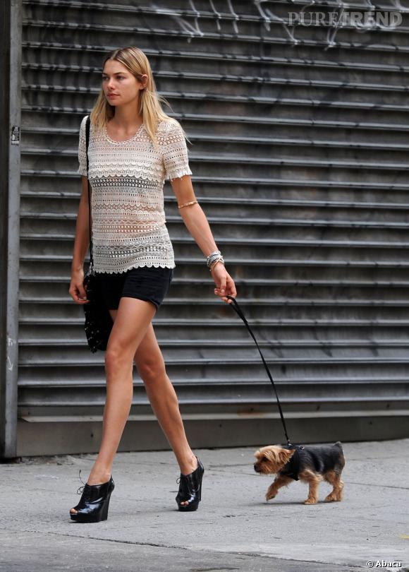 Jessica Hart ou comment promener son chien avec style.