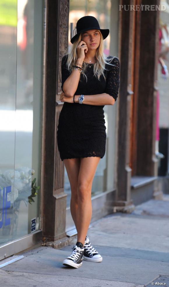 Jessica Hart dans les rues de New York, cool et bohème.