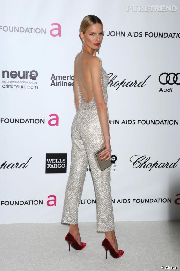 Karolina Kurkova choisit sans hésitation une combinaison argentée brillante pour une apparition remarquée sur le red carpet.