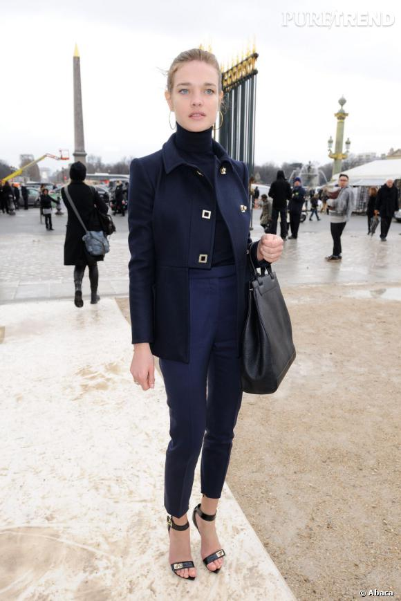 Natalia Vodianova opte pour un look ultra-chic pour se rendre sur le front row de Valentino.