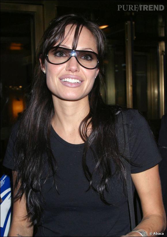 Les couleurs lumineuses avantagent le teint souvent pâle d'Angelina Jolie.
