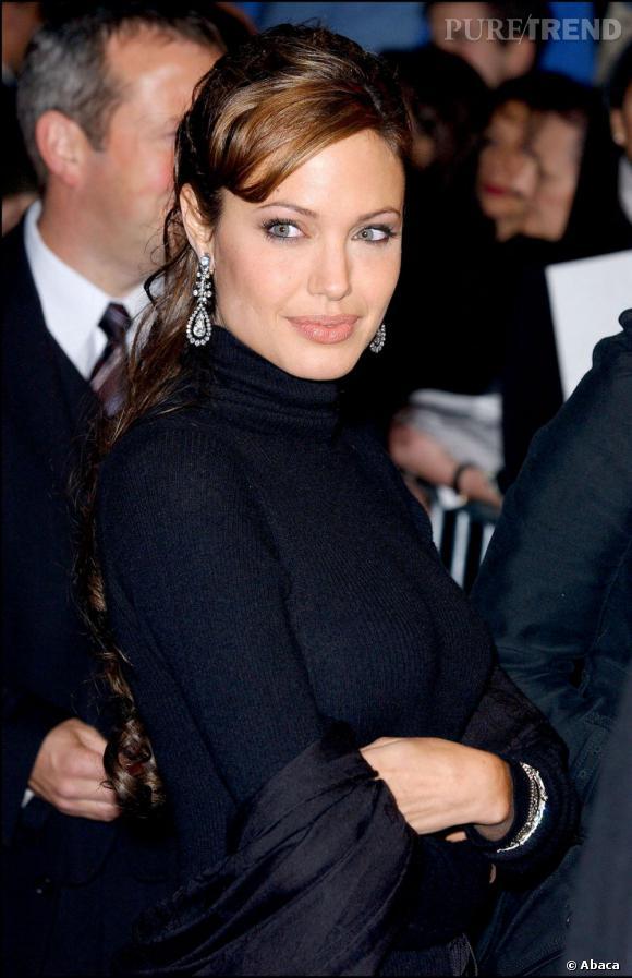Les cheveux d'Angelina Jolie s'éclaircissent et elle décide de se faire une frange sur le côté qui lui va bien à ce moment-là.