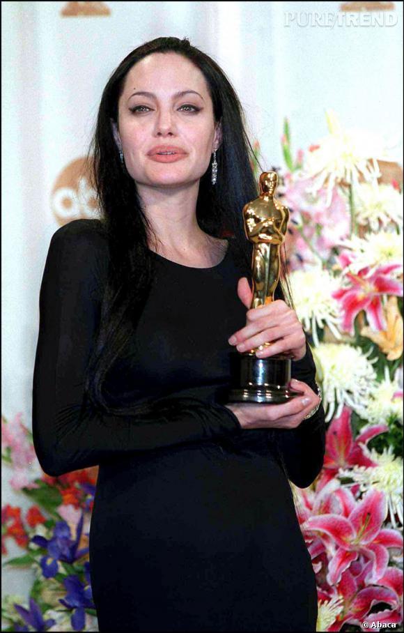 Pour recevoir son Oscar en 2003, l'actrice est au summum de son style gothique : cheveux fins, très longs et noir.