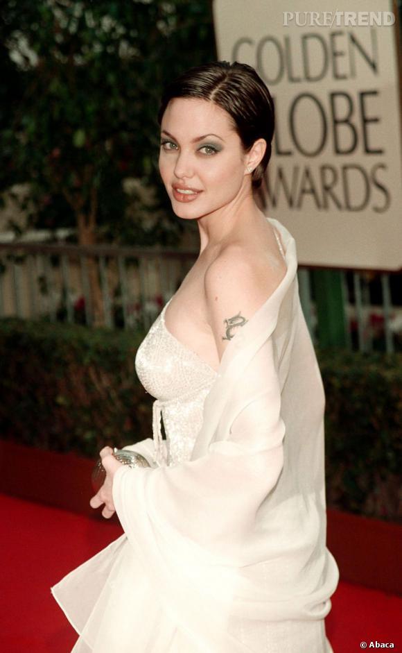En 1999, Angelina Jolie s'affiche aux Golden Globes avec un wet look sur cheveux courts.