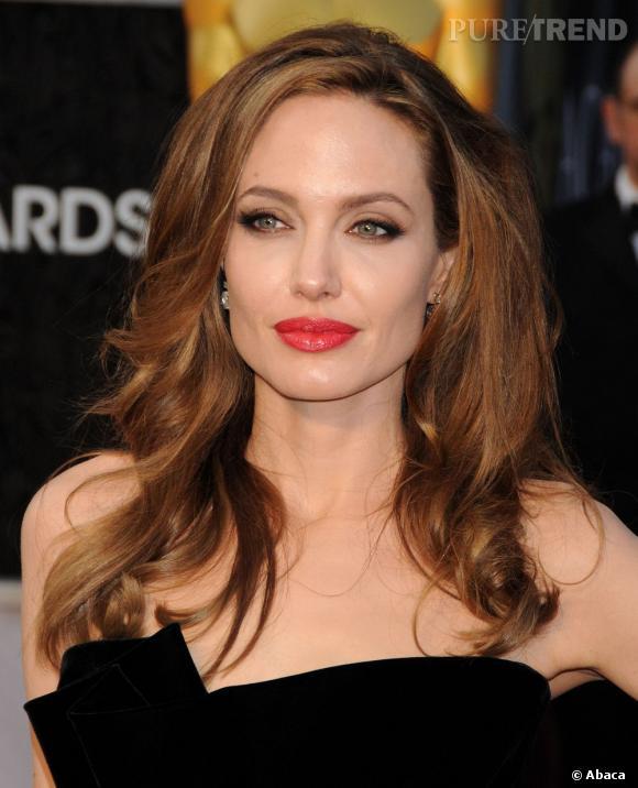 Aux Oscars 2012, la coiffure d'Angelina Jolie n'est peut-être pas assez travaillée, mais la couleur est très réussie.