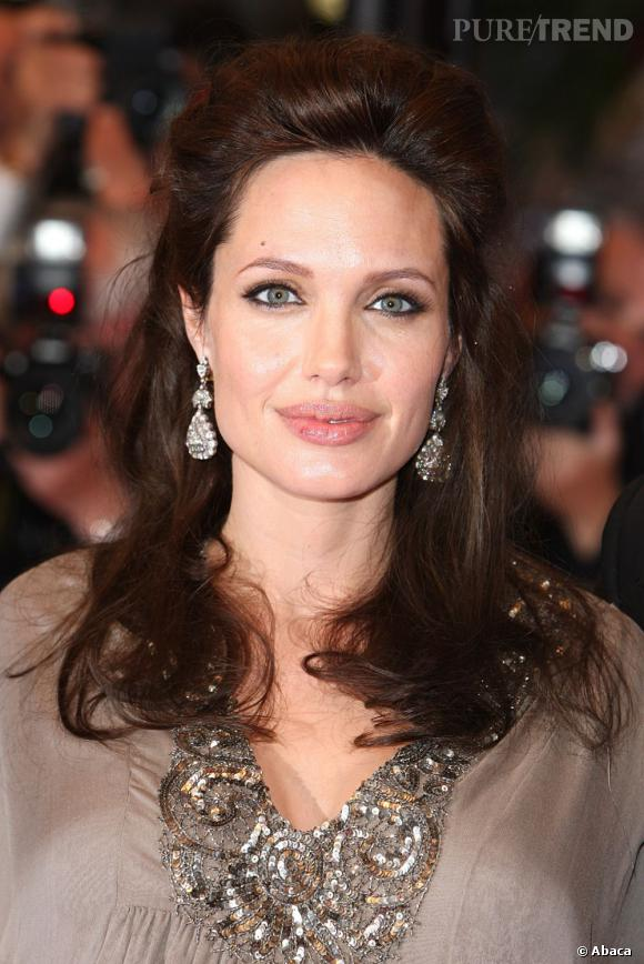Encore une fois, Angelina Jolie montre combien elle aime le volume aux racines.