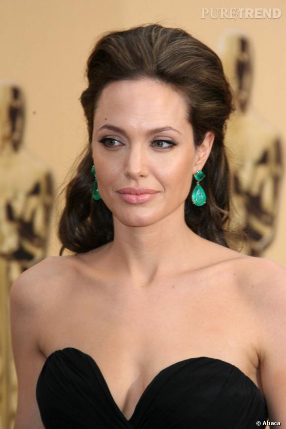 Aux Oscars de la même année, Angelina Jolie dompte son volume aux racines pour un resultat plus subtil.
