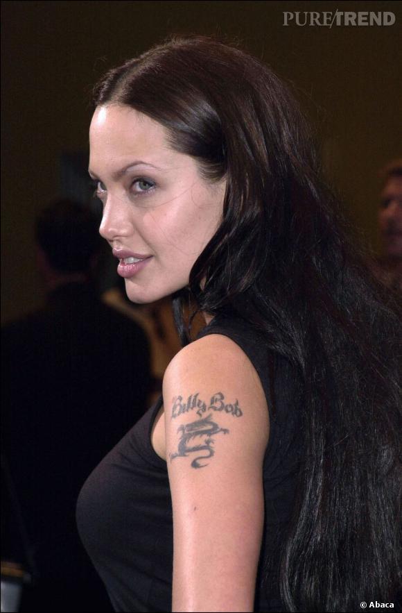 C'est dans sa période Billy Bob (Torthon, son ex-mari) qu'Angelina Jolie dévoile son côté le plus sombre. Extension noires et raie au milieu pour un look de bad girl.
