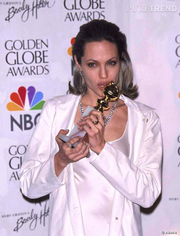 La tendance des cheveux gris de l'année dernière avait déjà été amorcée par Angelina Jolie en 2000. Et ce n'était pas moins choquant.