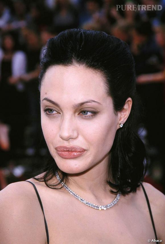 Au coeur de sa période gothique, l'actrice affiche une couleur noir corbeau.