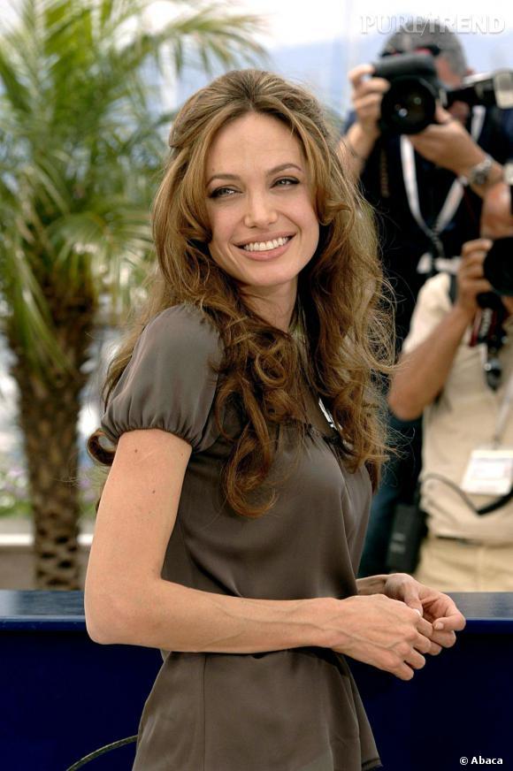 À Cannes en 2007, Angelina Jolie sort le grand jeu avec ses longs cheveux brillants qui s'offrent la liberté d'onduler. On aime particulièrement les quelques mèches tirées en demi-queue pour plus de legèreté.