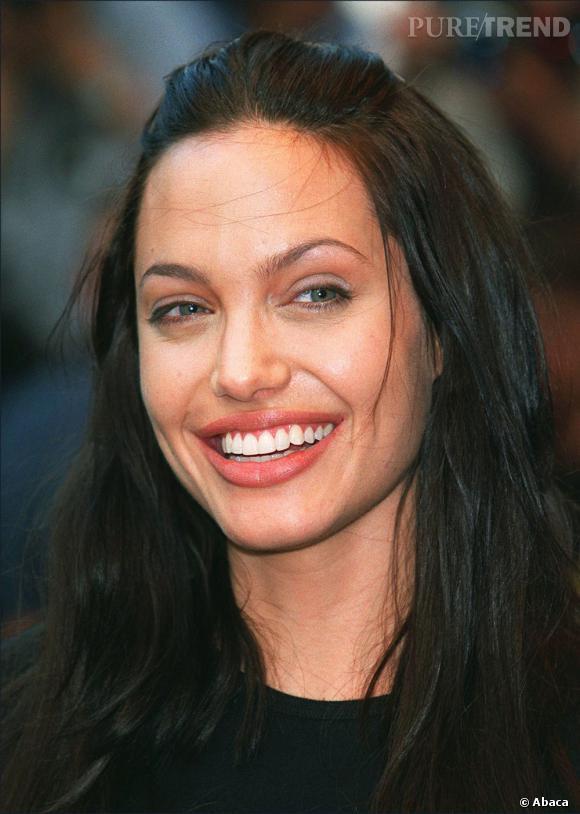 En 2000 toujours, l'actrice adopte un look plus naturel tout en restant dans les bases foncées. Légèrement éclaircie, sa chevelure illumine son teint.