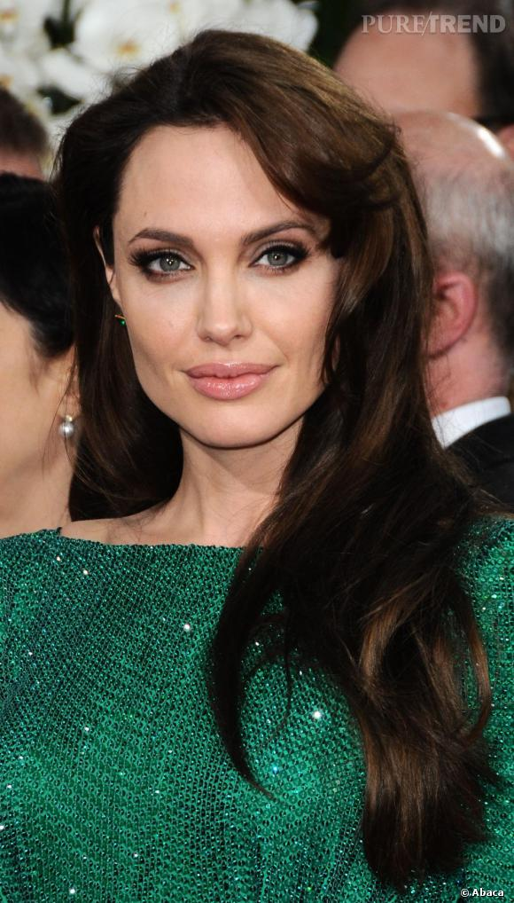 La mèche d'Angelina Jolie n'est malheureusement pas très harmonieuse avec le reste de la coiffure.
