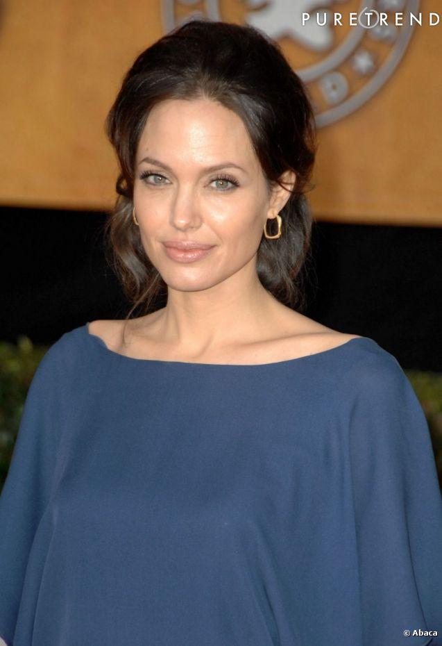 Angelina jolie opte pour un chignon bas ann es 60 lors de - Chignon annee 60 ...