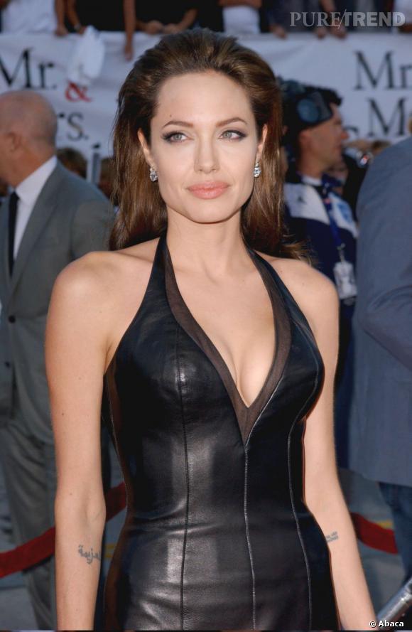 Les racines gonflées et les cheveux lissés vers l'arrière, Angelina Jolie ne nous convainc pas.
