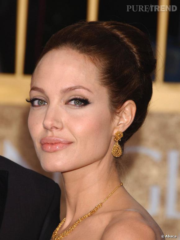 Angelina Jolie l'a bien compris, le chignon oversized est un classique pour sublimer les traits du visage.