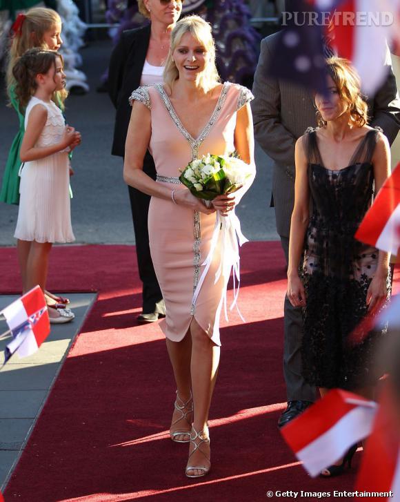 Plus girly que d'habitude, Charlene Wittstock revet une robe Johanna Johnson rose poudrée aux détails en cristaux Swarovski.