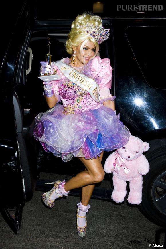 Pour Halloween, Fergie est Miss Univers. Avec la couronne qui va bien. Et le nounours à la main...