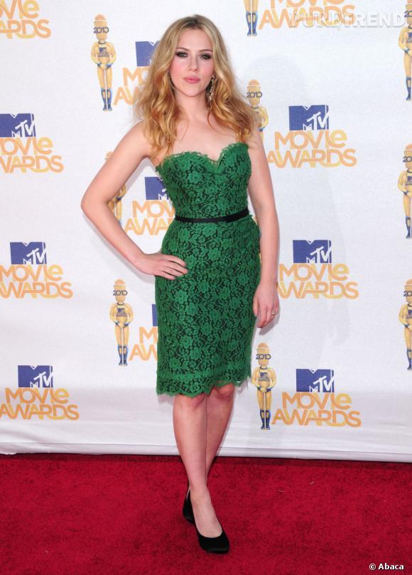 """Régimes de stars : qui suit quoi ? Scarlett Johansson : le régime hypocaloriqueScarlett, c'est la blonde voluptueuse qui fait chavirer Hollywood. Pour se glisser dans la combinaison moulante de La Veuve Noire dans """"Iron Man 2"""", elle décide de suivre un régime hypocalorique. Au menu, protéines, légumes verts et beaucoup de sport. On en pense quoi : Le régime hypocalorique, c'est la perte de poids assurée. Mais attention à l'après. Concernant Scarlett, on regrette quand même ses anciennes formes."""