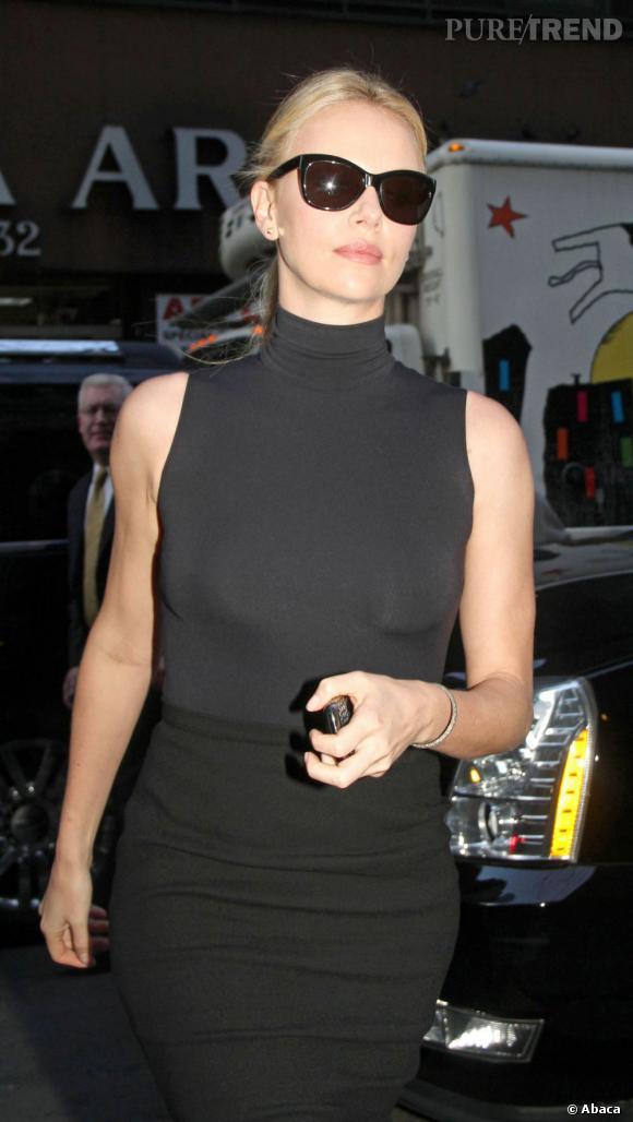 """Charlize Theron, en pleine promo pour """"Blanche-Neige et le chasseur"""", arrive sur le plateau du Today Show."""