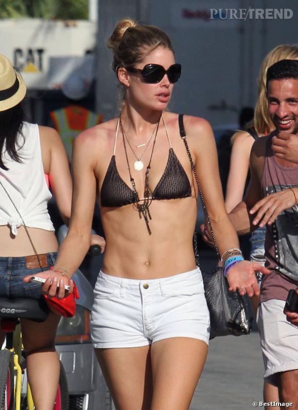 Doutzen Kroes sur la plage de Miami.