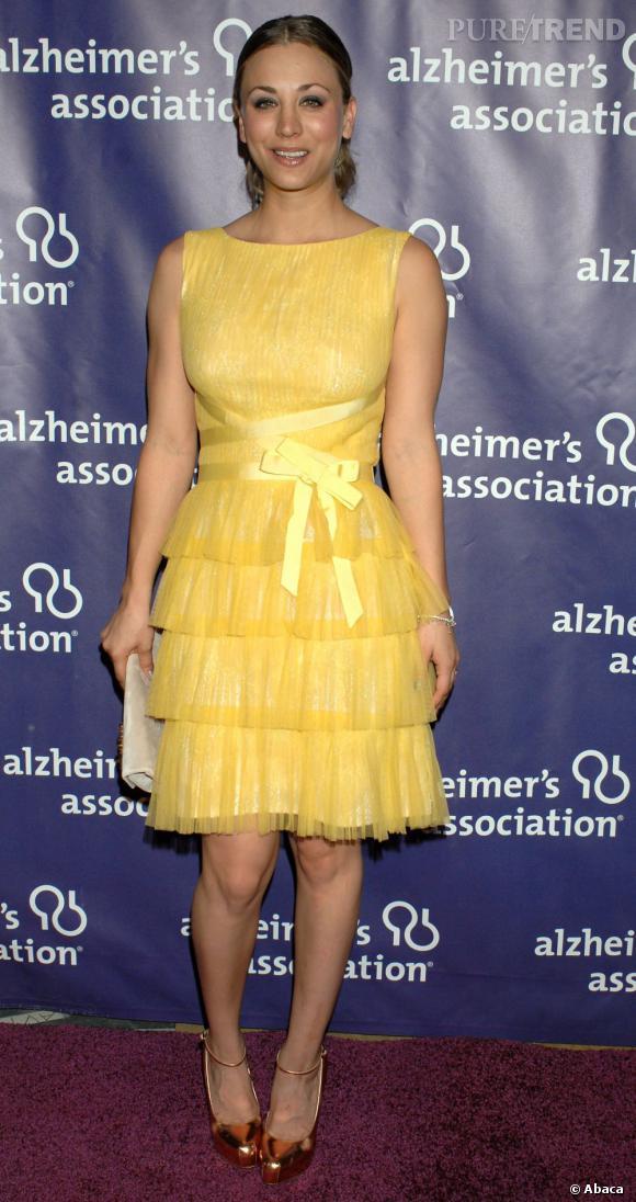 Si la jeune femme réchauffe joliment son teint avec le jaune de sa robe Tadashi Shoji Printemps-Eté 2012, la coupe ne met pas vraiment en valeur sa plastique.