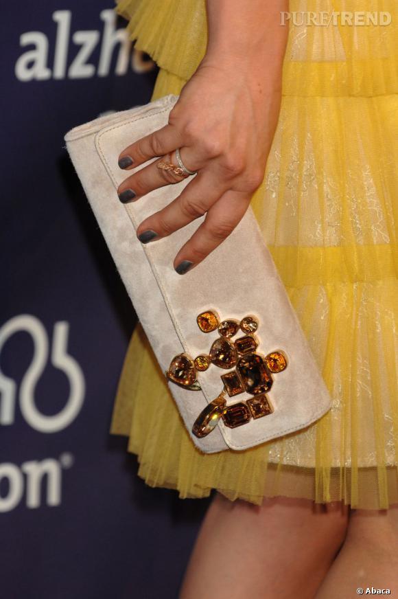 Sa pochette Konstantin Kakianas par l'Atelier Swarovski apporte une jolie touche couture au look.