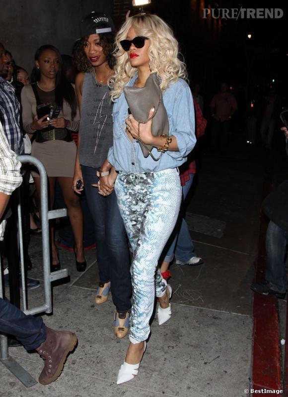 Look rafraîchissant pour Rihanna qui mixe pantalon Alexander Wang Printemps-Eté 2012 avec des sandales de la même collection.