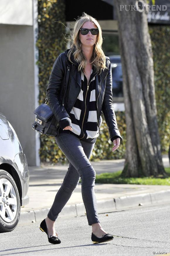 Nicky Hilton suit la tendance du moment avec un top à larges rayures blanches et noires.