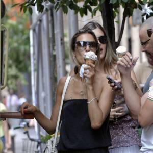 Alessandra Ambrosio fait enrager les autres filles avec son corps de top nourri aux glaces à l'italienne.