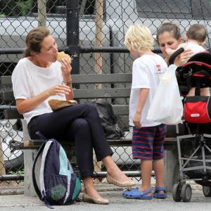 Christy Turlington dévore son hamburger. Au passage, elle fait honte à son fils.