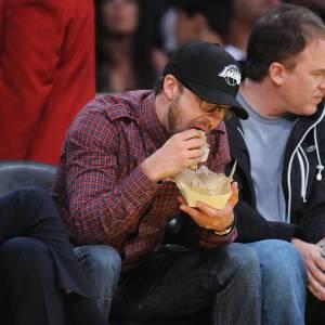 Justin Timberlake plus intéressé par son sandwich que par le match.