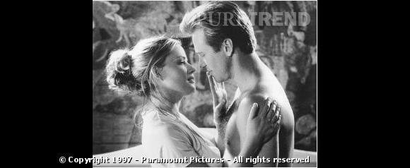 """Milieu des années 90 il succombe au charme de sa partenaire Elisabeth Shue dans """"Le Saint""""."""