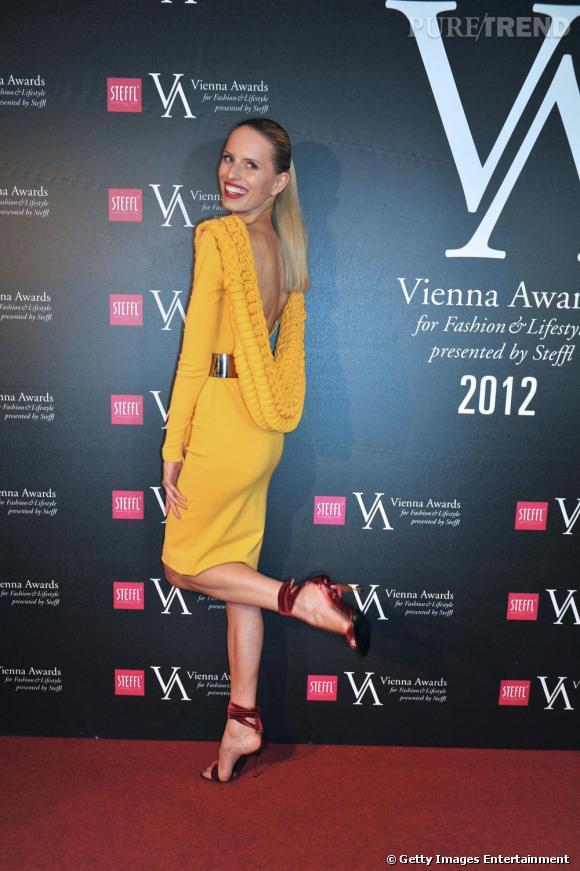 Karolina Kurkova joue avec ses jambes interminables.