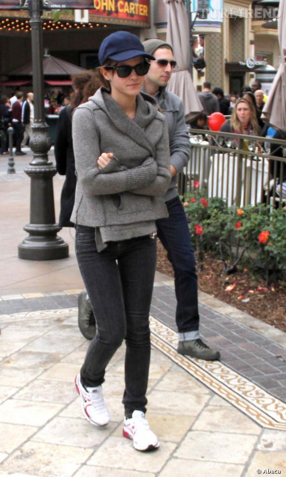 Emma Watson mise sur une tenue camouflage et est presque méconnaissable.