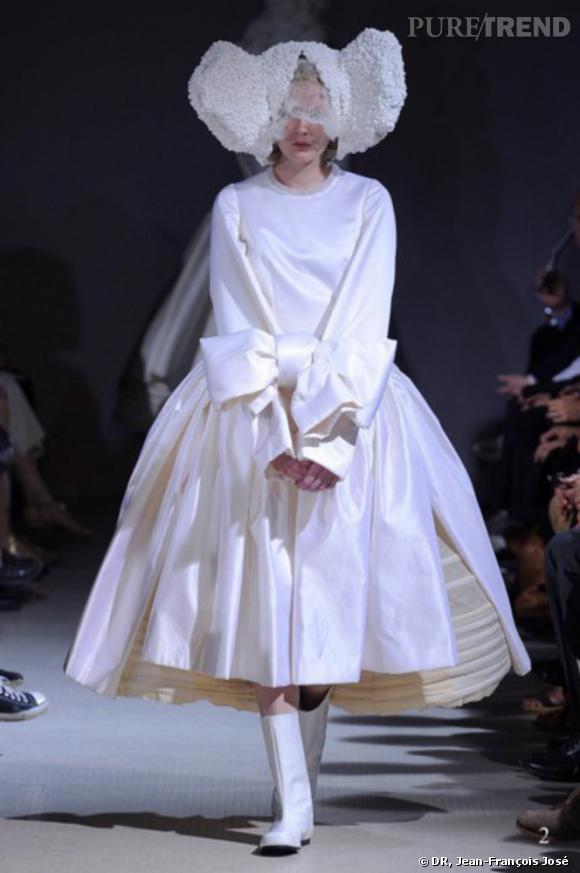 Comme des Garçons, White Drama, Comme des Garçons P/E 2012.  Robe, satin de soie et noeud de contrainte.