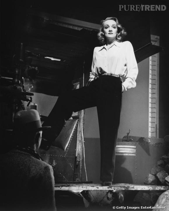 Symbole de l'émancipation stylistique de la femme dans les années 30, l'actrice s'affiche en pantalon. Un style androgyne que son hyper-féminité lui permet d'adopter. Car si elle porte des vêtements d'homme, elle marque parfaitement sa taille et opte our un beauty look ultra-glamour.