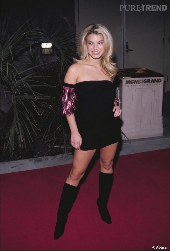 En 2000, Jessica Simpson commence à se dévergonder et raccourcit ses robes noires en un rien de temps.