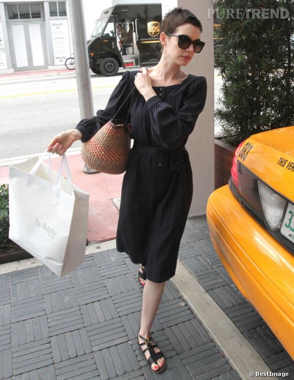 Anne Hathaway en virée shopping à Miami le 11 mai.