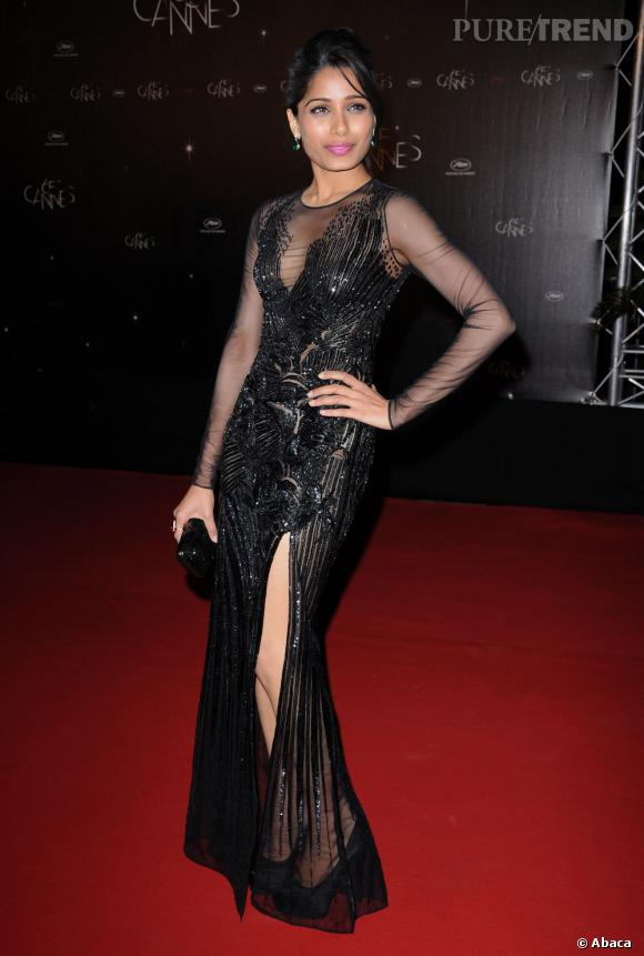 Freida Pinto mixe transparence et fendu magistral. Une robe signée Versace