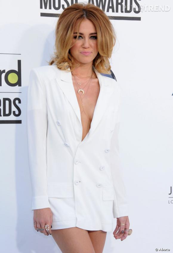 Double dérapage cette semaine pour Miley Cyrus qui frôle le vulgaire dans ce look pourtant immaculé.