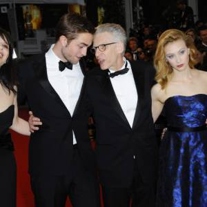 """Les acteurs de """"Cosmopolis"""" autour de David Cronenberg."""