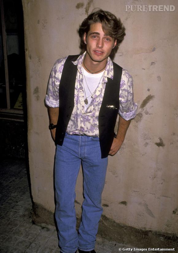 """1988 : Un look country limite hippie pour Jason Priestley qui obtient quelques rôles secondaires dans la série """"21 Jump Street""""."""