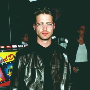 """1997 : Jason Priestley en look """"Matrix"""". À cette période il réalise quelques épisodes de la série """"Beverly Hills 90210"""" et produit certains d'entre eux en tant que producteur délégué."""