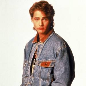 """1990 : L'année qui va le propulser sur les marches de la gloire. Jason Priestley en total look jean délavé, grande tendance de l'époque, incarnera le rôle de Brandon Walsh dans """"Beverly Hills 90210""""."""