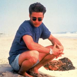 1991 : En véritable it-boy des années 90, il nous lance un regard de tombeur derrière ses lunettes rondes et sa chevelure en brosse.