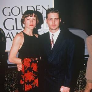 1994 : Jason Priestley en compagnie de sa fiancée Christine Elise. Niveau look, ce n'est pas glorieux, l'acteur se glisse dans des costards ringards 3 fois trop grands.