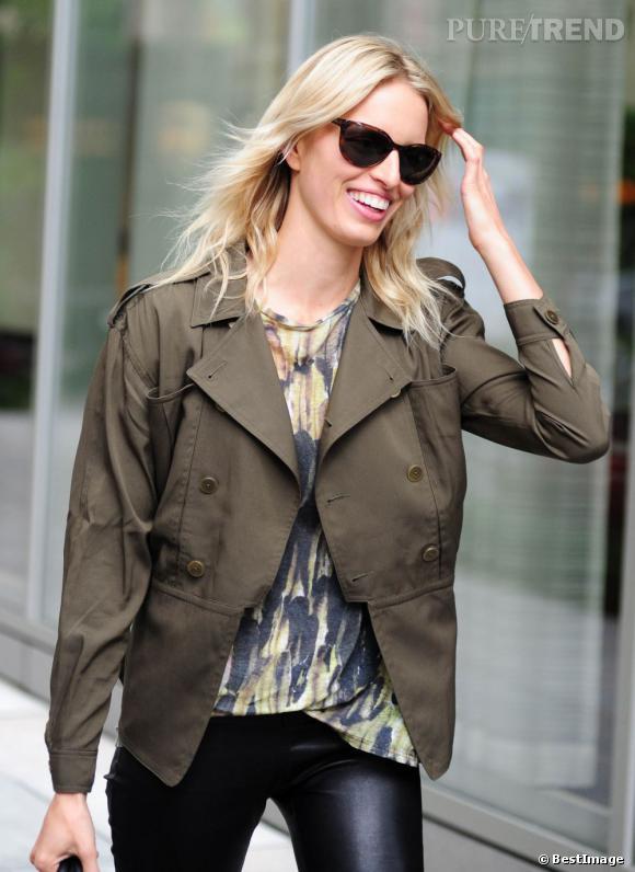 Karolina Kurkova se fond dans la jungle new-yorkaise grâce à son look kaki...